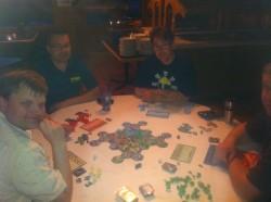 Ralf op bezoek bij Guilded Chaos. Op de foto vlnr: Jim, Ralf, Rich en Dan